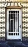 Puerta británica antigua de la casa del edificio de ladrillo Imagenes de archivo
