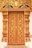 Puerta budista de la iglesia del estilo tailandés de la tradición Foto de archivo libre de regalías