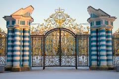 Puerta ceremonial del cierre de Catherine Palace para arriba por la tarde de febrero Tsarskoye Selo Fotografía de archivo