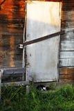 A puerta cerrada con la cerradura vieja en casa de la granja del pueblo Buildin del almacenamiento Fotografía de archivo libre de regalías