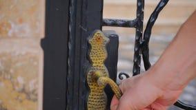 Puerta cerrada de la cerca del hombre almacen de video