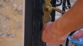 Puerta cerrada de la cerca del hombre metrajes