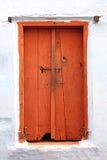 A puerta cerrada de madera viejo en la India foto de archivo