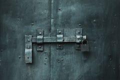 Puerta cerrada del metal con el bloqueo