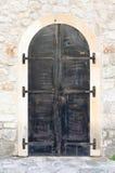 Puerta cerrada del metal con la pared de piedra en fortaleza antigua Fotos de archivo libres de regalías