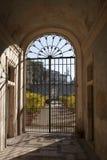 Puerta cerrada en el extremo de un túnel Imagen de archivo libre de regalías