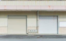 Puerta cerrada en vertiente gris del metal Foto de archivo