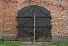 Puerta cerrada masiva del hierro viejo fotos de archivo