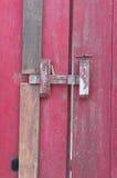 A puerta cerrada rojo viejo foto de archivo libre de regalías