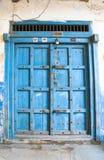 A puerta cerrada viejo azul a la casa en la isla de Zanzíbar Imágenes de archivo libres de regalías