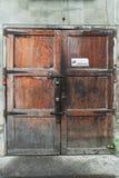 A puerta cerrada viejo con 3 cerraduras Fotografía de archivo libre de regalías