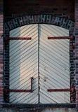 Puerta cerrada y desbloqueada en la pared Imagen de archivo
