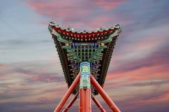 Puerta china antigua tradicional en el parque de Beihai --Pekín, China foto de archivo