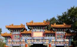 Puerta china antigua tradicional en el templo de Yonghe Imágenes de archivo libres de regalías