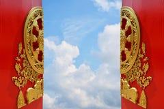 Puerta china roja del templo Fotos de archivo libres de regalías