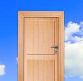 Puerta, cielo azul Foto de archivo