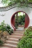 Puerta circular tradicional china en una pared blanca fotos de archivo