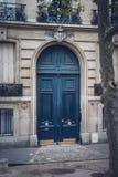 Puerta clásica en azul en una calle en París Imagen de archivo libre de regalías