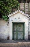 Puerta colonial tailandesa antigua de la entrada del estilo Foto de archivo
