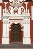 Puerta colonial y fachada barroca imagenes de archivo