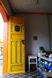 Puerta colorida con la fruta Foto de archivo