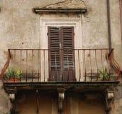 Puerta con el balcón en Toscana Fotografía de archivo libre de regalías