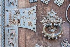 Puerta con el golpeador Imágenes de archivo libres de regalías
