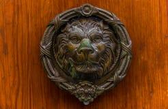 Puerta con el golpeador de cobre amarillo en la forma de un león, entra hermoso Imagenes de archivo