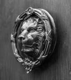 Puerta con el golpeador de cobre amarillo en la forma de un león, entra hermoso Imágenes de archivo libres de regalías