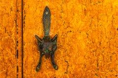 Puerta con el golpeador de cobre amarillo en la forma de un zorro, entran hermoso Imagen de archivo libre de regalías