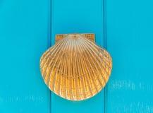Puerta con el golpeador de cobre amarillo en la forma de una cáscara, entr hermoso Imagen de archivo