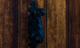 Puerta con el golpeador de cobre amarillo en la forma de una decoración, entr hermoso Imagen de archivo
