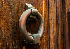 Puerta con el golpeador de cobre amarillo en la forma de una decoración, entr hermoso Fotos de archivo