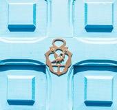 Puerta con el golpeador de cobre amarillo en la forma de una decoración, entr hermoso Imagen de archivo libre de regalías
