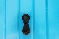 Puerta con el golpeador de cobre amarillo en la forma de una mano, entra hermoso Imagen de archivo libre de regalías