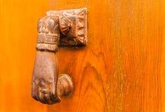 Puerta con el golpeador de cobre amarillo en la forma de una mano, entra hermoso Imagenes de archivo