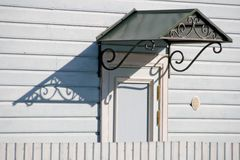 Puerta con el toldo del metal Foto de archivo