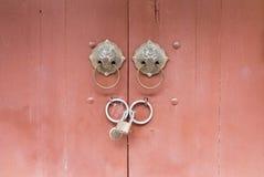 Puerta con estilo chino del golpeador de la cerradura y de puerta Fotografía de archivo