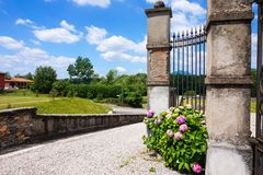 Puerta con hortensia en Cantello, Varese Fotos de archivo libres de regalías