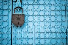 Puerta con la cerradura enorme Fotos de archivo