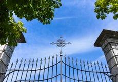 Puerta con la cruz Fotografía de archivo