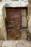 Puerta con la escritura árabe, ciudad de Luxor, Egipto de Brown. Imagenes de archivo