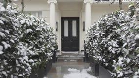 Puerta con nieve almacen de video