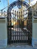Puerta con un modelo en la entrada a la yarda fotografía de archivo libre de regalías