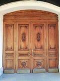 Puerta con un ornamento del edificio histórico imágenes de archivo libres de regalías