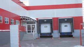 Puerta constructiva para las mercancías cargadas, garaje del supermercado de la tienda imágenes de archivo libres de regalías