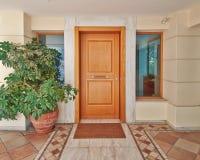 Puerta contemporánea de la casa fotos de archivo libres de regalías