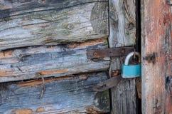 Puerta cortada vieja, candado en las cubiertas del metal imagenes de archivo