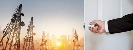 Puerta de abertura del hombre de negocios, con las torres panorámicas panorámicas del paisaje urbano y de la telecomunicación de  Fotografía de archivo