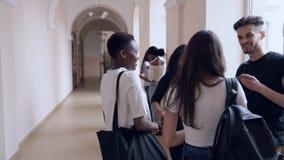 Puerta de abertura de dos estudiantes después de la lección metrajes